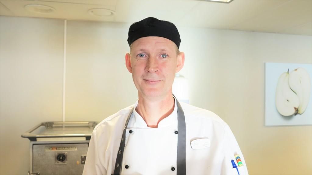 Vår duktige köksmästare ser till att laga god och vällagad mat.